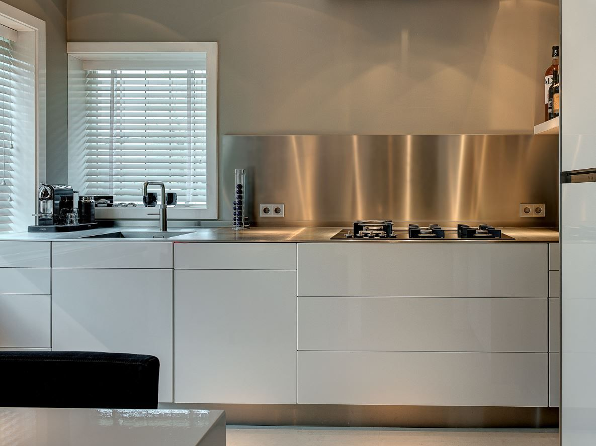 keuken met rvs werkblad van 4mm en achterwand via dekker zevenhuizen k chenr ckwand. Black Bedroom Furniture Sets. Home Design Ideas