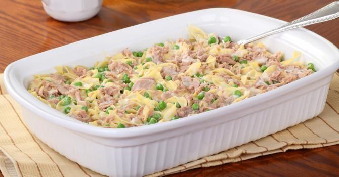 Recette de Gratin de pâtes au thon et petits pois, sauce béchamel légère. Facile et rapide à réaliser, goûteuse et diététique.