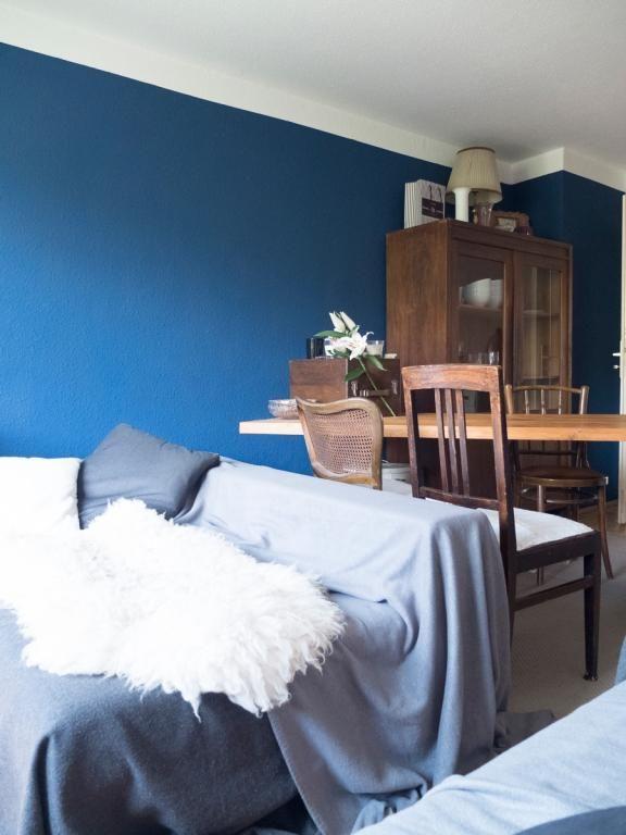 Wohnzimmer mit dunkelblauer Wand und gemütlicher Couch in Münchner ...
