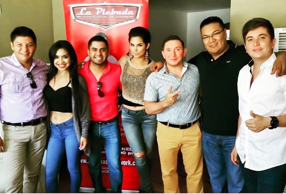 Algunos deos intregantes de La Original Banda El Limón en El Show Del Compa Mike junto con La Muñeca y La Baby y que suene La Plebada Network Plebes !