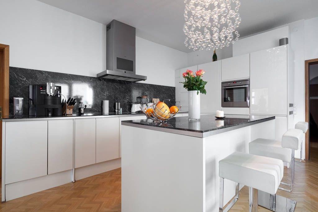 Lichtdurchflutete, modern eingerichtete Küche mit Bar #Küche - küche mit esszimmer