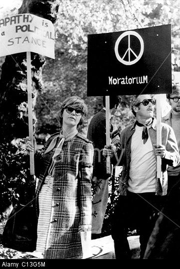 Joanne Woodward And Paul Newman Taking To The Streets To Protest The Vietnam War Paul Newman Paul Newman Joanne Woodward Vietnam War