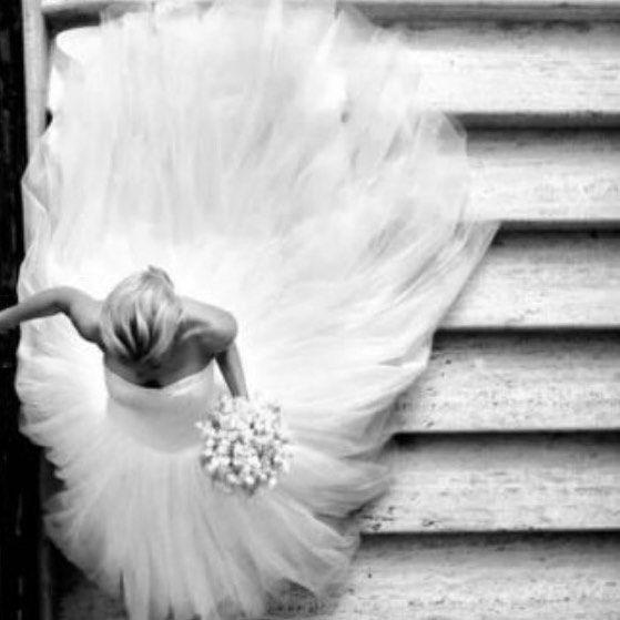 MODO ANSIEDADE A MIL [] : Imagine você toda pronta com o vestido dos seus sonhos descendo as escadas rumo ao caminho da felicidade!! . Coração na boca e muitas borboletas no estômago!!  . #modonoiva #vestidodenoiva #casamento #casamentodossonhos #weddinginspiration #weddingdress #ansiedade #muitoamorenvolvido #emocao #noivasdabahia #noivalinda #noiva2016 #noivasdedalvador #casamentoperfeito #instablogger #salvador #rotinadenoiva #vidadenoiva #voualiseeferliz #amor #wedding by modonoiva