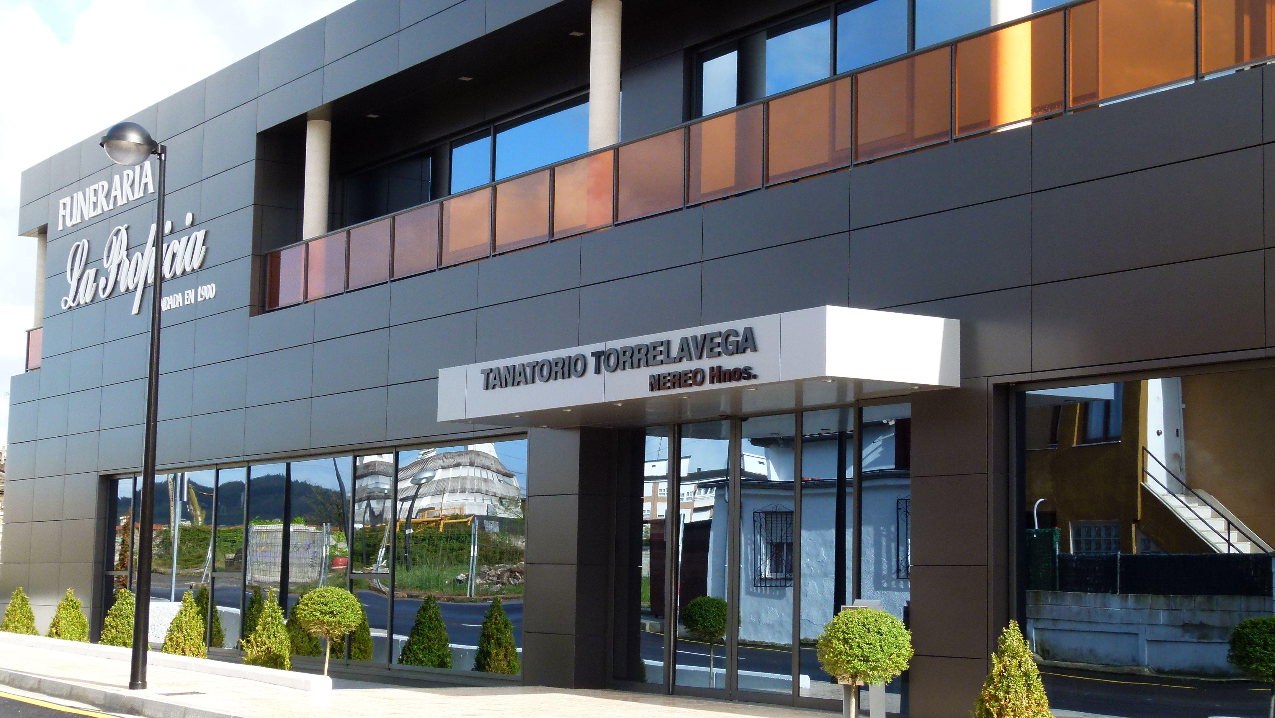 Edificios moderno exterior puertas fachada vidrio for Exterior edificios