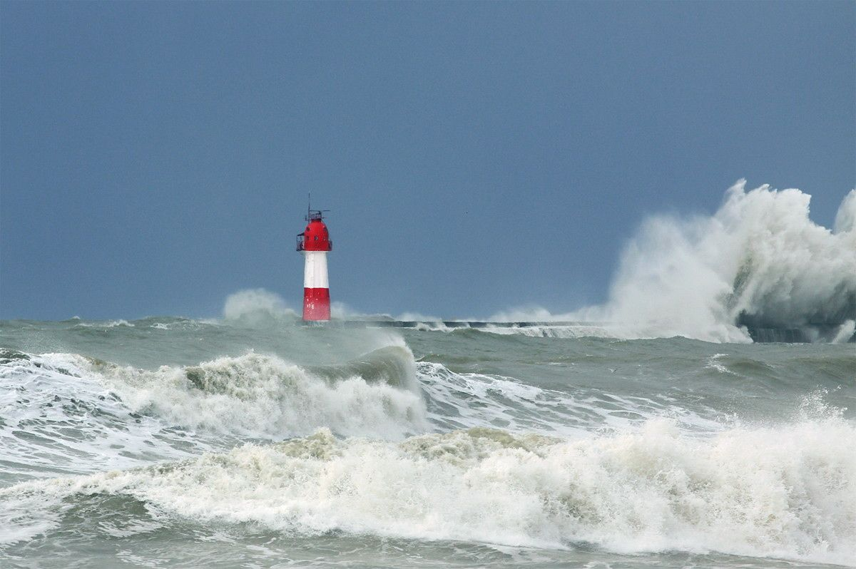 Photograph Lighthouse and waves by Konstantin Prokhorov on 500px