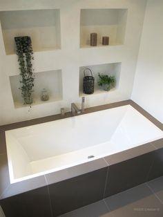 Baignoire encastrée et niches de rangement dans Salle de ...