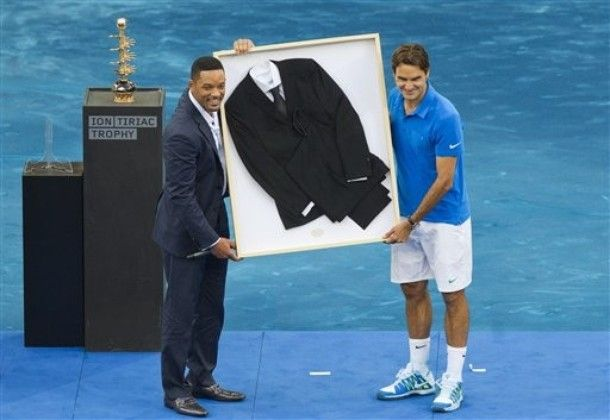 Rf Receives A Black Suit From U S Actor Will Smith S Last Movie Men In Black 3 After He Won The Final Match Against Berdych In Madrid