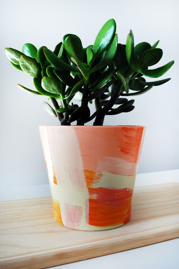 TUTORIAL Give your old plant pots a painterly designer makeover is part of Plant pot diy, Plant pot design, Painted plant pots, Painted pots diy, Diy terra cotta pots, Diy flower pots - Upcycle thrifted ugly pots and bowls to create on trend plant pots decorated with big painterly brush strokes
