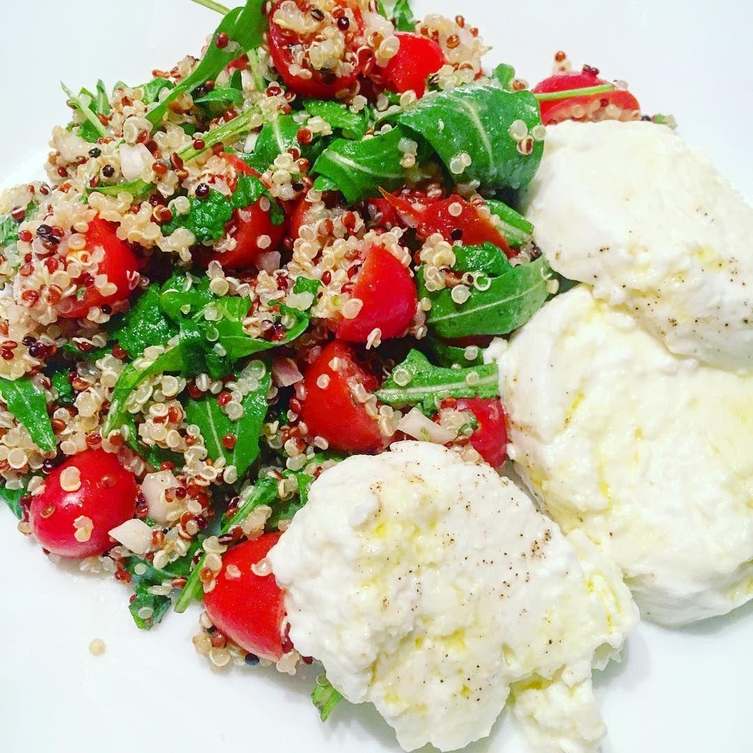 Vanmiddag als lunch op mijn bordje, morgen als SALADE VAN DE WEEK bij Gen'eat': Quinoasalade met kerstomaatjes, lente ui, radijsjes, rucola, sjalot & verse dressing op basis van mosterdzaadjes... 🥒🌱 Op en top VERS & GEZOND! 💪🏻 #veggie #saladoftheweek #saladevandeweek #geneat #deinze #wrapbar #salad #healthy #homemade #homemadefood #healthyfood #instagood #feedfeed #instafood #lunchbar #nosugar #nocalories #takeaway #eatin #inlovewithfood #quinoa #veggies