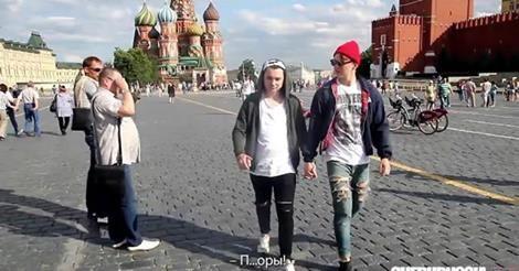 osCurve Brasil : Dois homens testam homofobia russa andando de mãos...