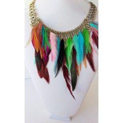 collar cadena dorada con plumas finas de colores. Hippie chic