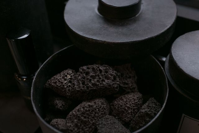 Skandinavische Len mad et len potpourri with black lava rock photo by taste
