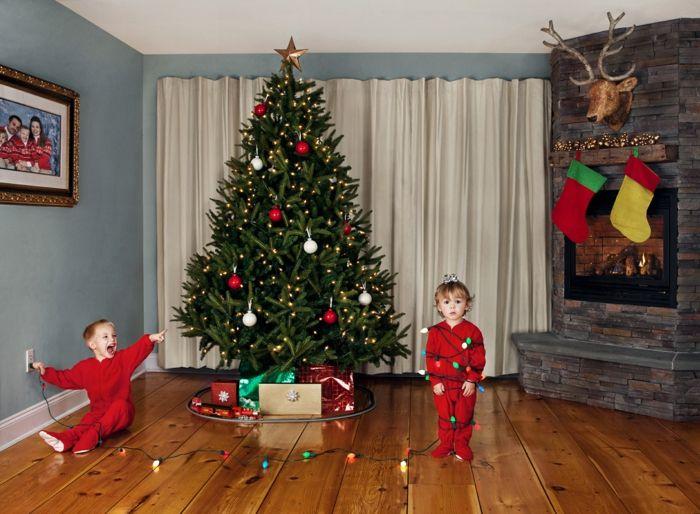 Arboles de navidad decorados pino grande vivo decorado con esferas en blanco y rojo y - Arboles navidad decorados ...