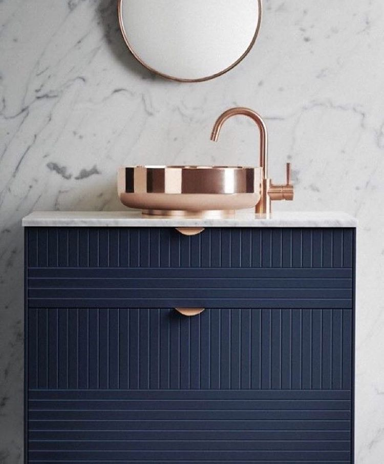 Salle de bain vasque cuivre, bleu profond et marbre | Inspirations ...