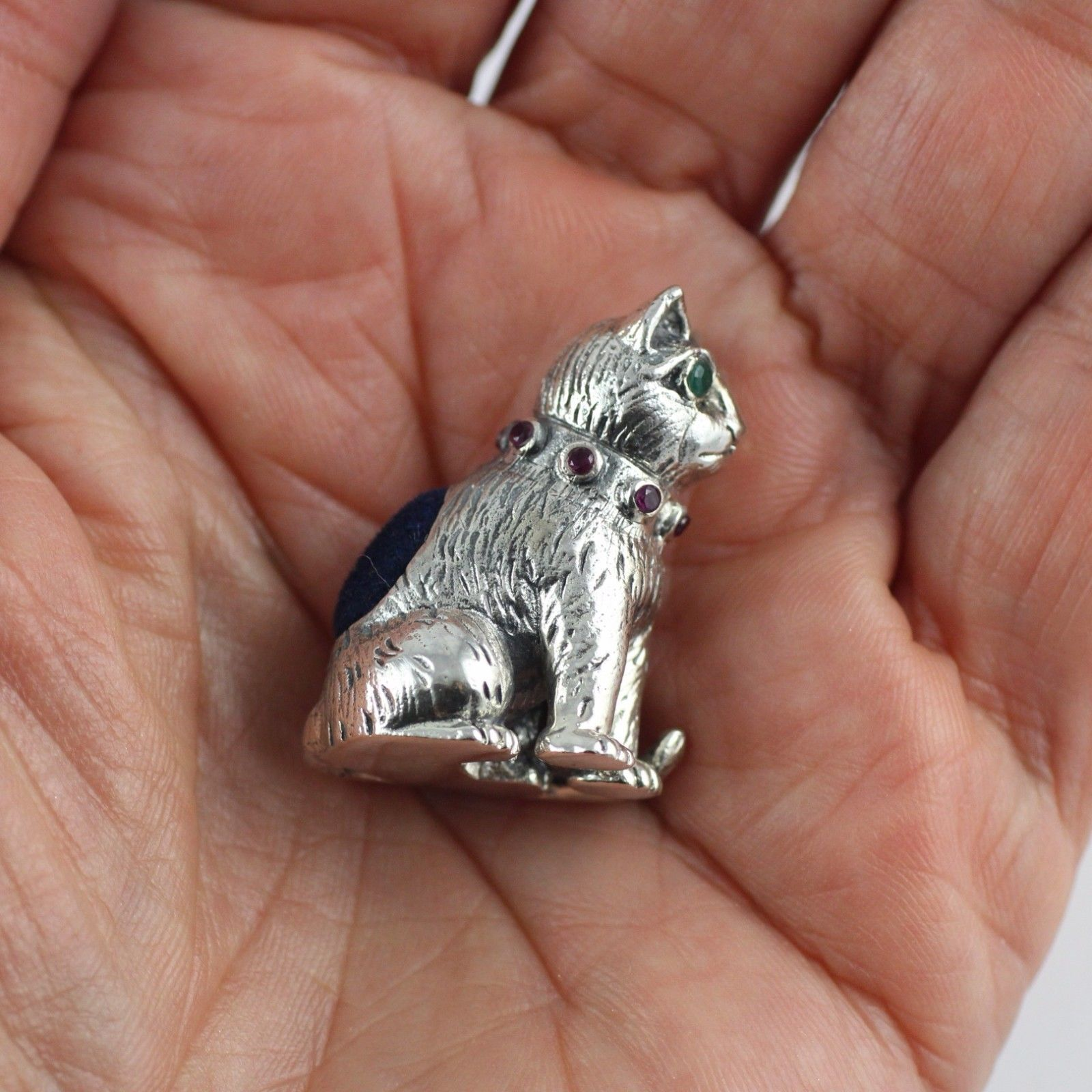 COLLECTABLE CAT PIN CUSHION RUBY EYES EMERALD COLLAR 925