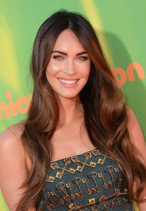 Megan Fox in loose hair and glowing makeup at Nickelodeon Kids Choice Sports Awards 2014.