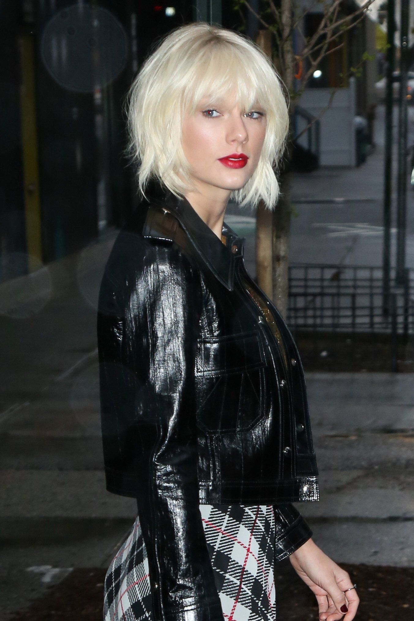 Taylor Swift Puts A New Grunge Twist On Her Signature Beauty Look Taylor Swift Hair Taylor Swift Hair Color Hairstyle