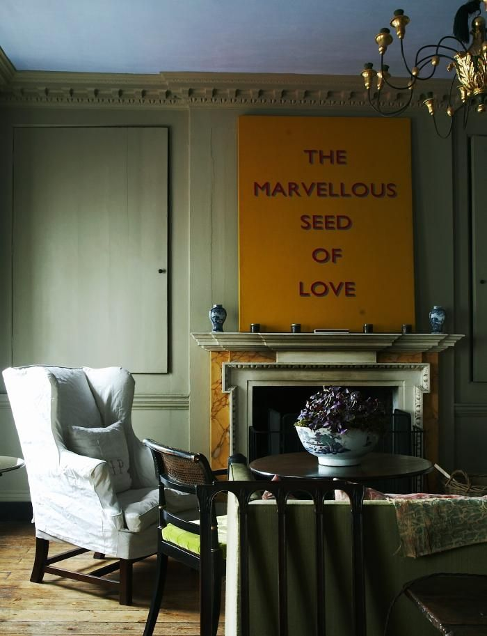 Marianna-Kennedy-Spitalfields-sitting-room-yellow-hand-painted-sign