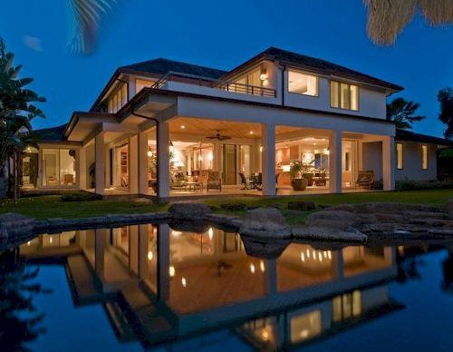 Beautiful Honolulu manor with private lake.