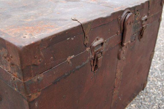 Antique Metal Wrapped Wood Trunk Brass Trim di CobblestonesVintage