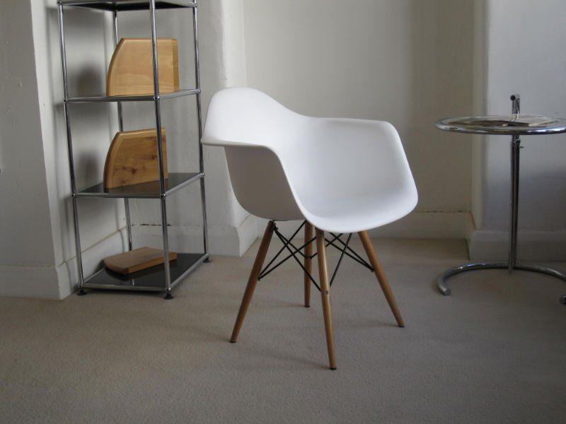 Eamesin DAW-tuoli mustilla metalliosilla