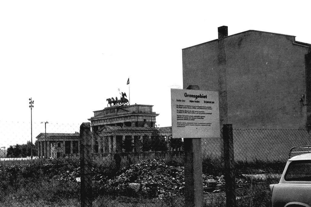 """1964 Ost-Berlin - Brandenburger Tor. """"Fotografieren im Bereich der Mauer war eine riskante Sache. Der Verdacht ein möglicher """"Klassenfeind"""" zu sein war schnell hergestellt. Wurde man dabei erwischt, folgte ein Verhör an Ort und Stelle und der Abgleich mit endlos langen Namenslisten der Stasi. [...] Fand man nichts verdächtiges, dann folgte noch eine Belehrung über richtiges Verhalten im Grenzgebiet (unauffällig und kein Blick nach Westen). (Foto + Kommentar: Karl-Heinz Grüttner  ☺"""