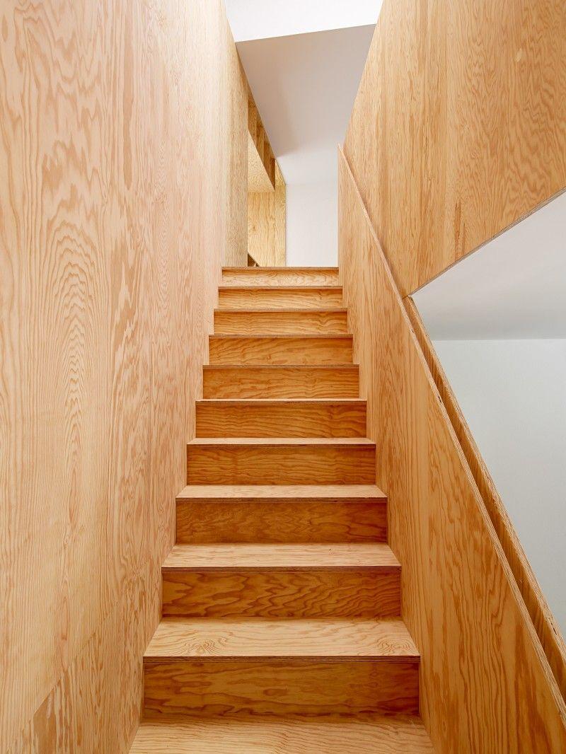 strak interieur met multiplex trap en keuken binnenkijken