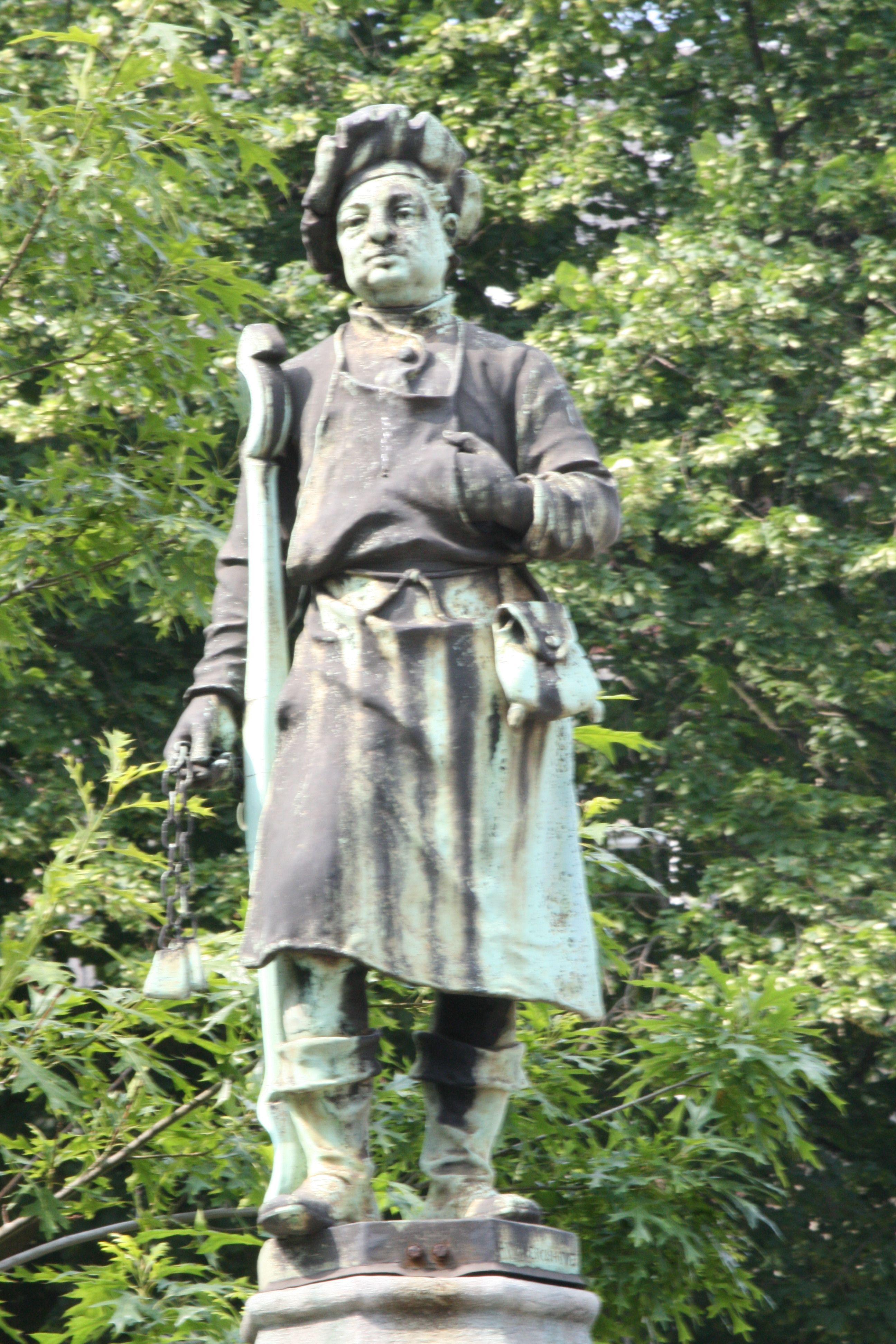 Bruxelles.Square du Petit Sablon. Sculptures illustrant les corporations et les vieux métiers bruxellois