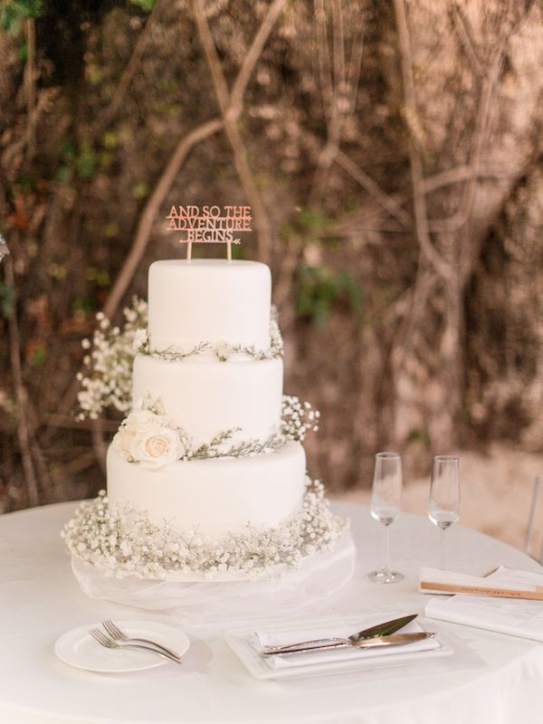 All White Baby's Breath Wedding Cake | Photo: Mayad Studios