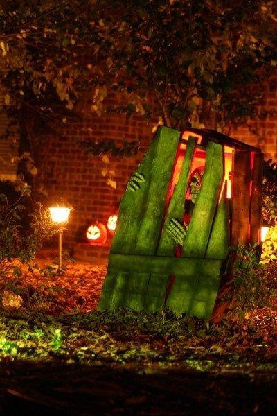 spying-skeleton-halloween-outdoor-decoration Derrick halloween - homemade halloween outdoor decorations