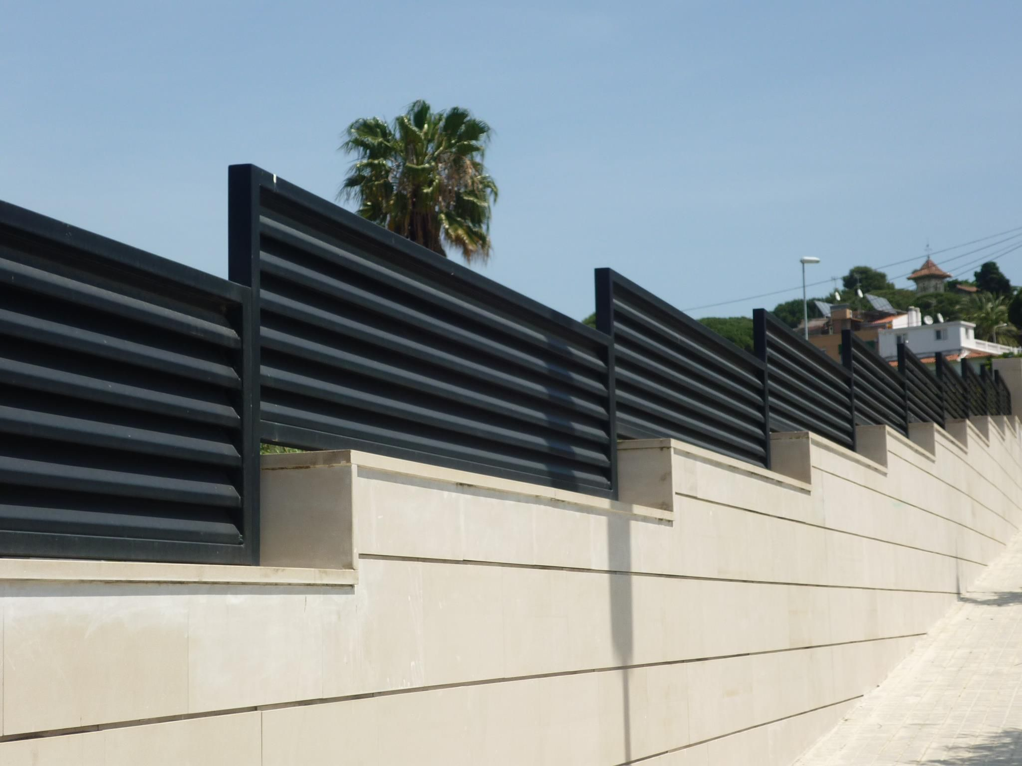 Barandillas modernas buscar con google vallado exterior pinterest vallas verjas y - Valla metalica jardin ...