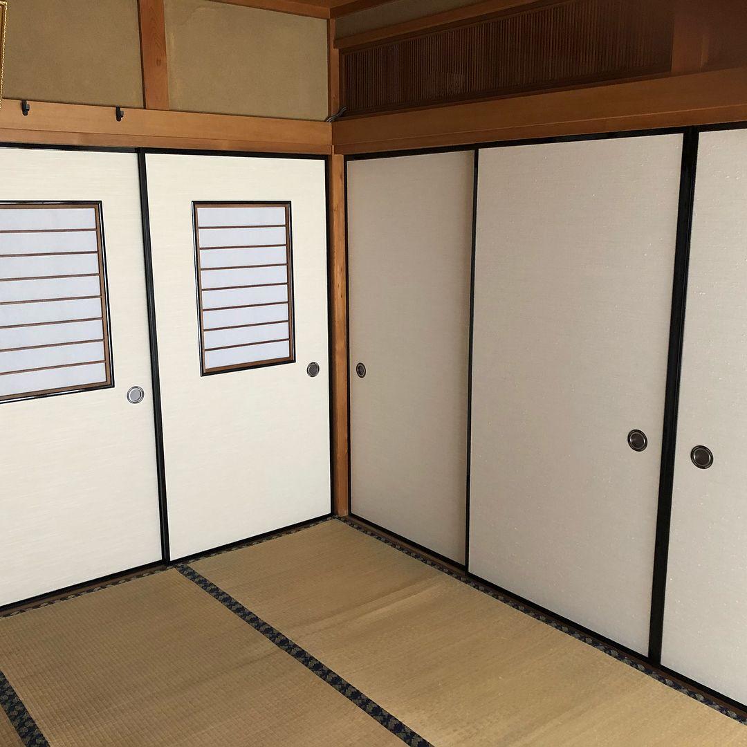 襖 ふすま は日本の伝統的な引き戸です この和風で古いイメージのふすまを壁紙 に張り替えるやり方を動画で解説します また 北欧風 ビンテージ 木材風 コンクリートなど壁紙のスタイル別にインテリア実例を紹介しています おしゃれにdiyしたい方には必見です