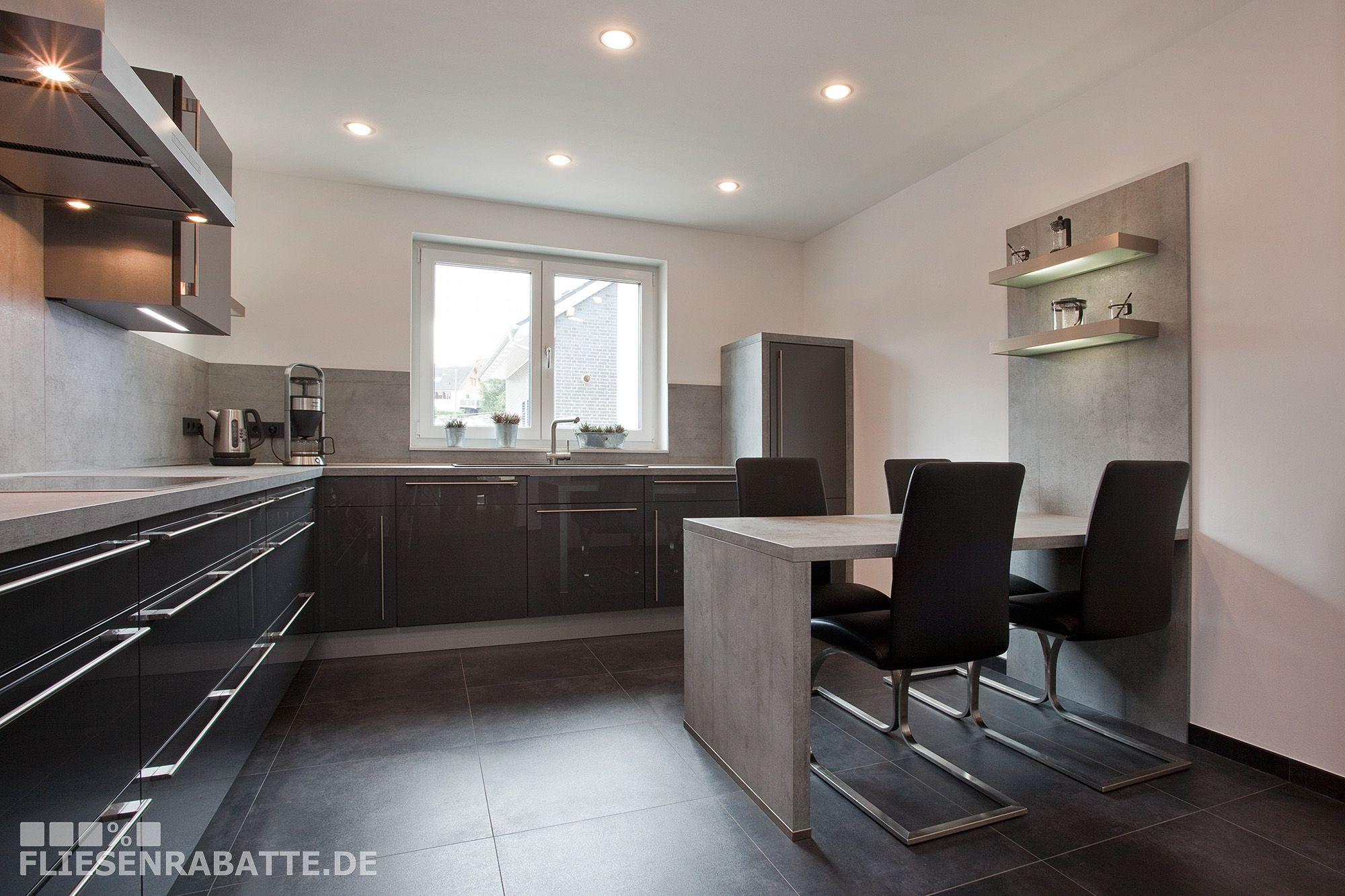 bodenfliesen k che farblich abgestimmt zu den k chenfronten und der k chenarbeitsplatte. Black Bedroom Furniture Sets. Home Design Ideas