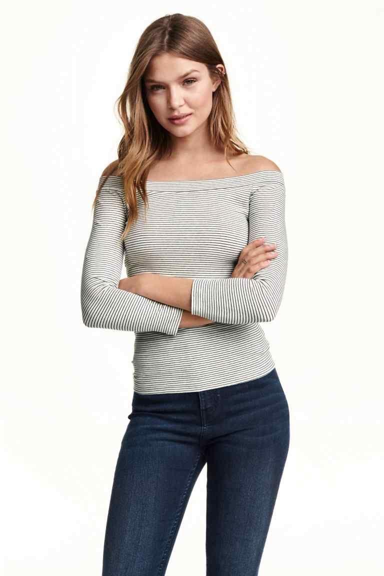 Camiseta hombros descubiertos: Camiseta entallada en punto de mezcla de algodón con lino en la trama, mangas tres cuartos y hombros descubiertos.