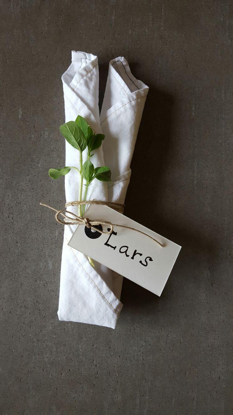 7b8378132045 Vår dukning. Rullad servett med snöre, kvist och placeringskort ...