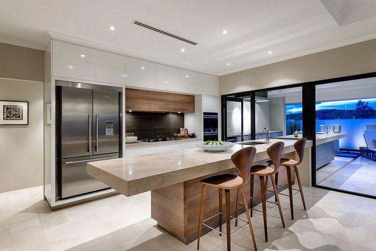 Modèle de cuisine moderne avec des touches de couleurs vibrantes ...