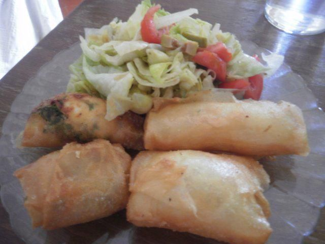 Brik-Röllchen mit zweierlei Käsefüllung und Salat-Rezept mit einfacher Schritt-für-Schritt-Anleitung: Die Brikblätter halbieren (wir…