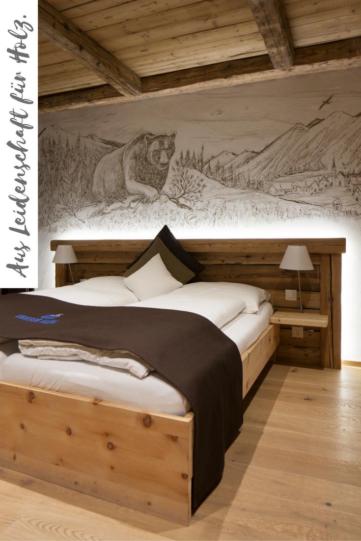 Bärenzimmer mit Decke und Bettrückwand aus Altholzbalken Fichte/Tanne original handgehackt leicht gebürstet