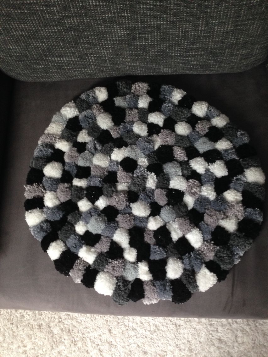 pompom teppich grau schwarz weiss pom pom pinterest pom pom rug diy s rugs. Black Bedroom Furniture Sets. Home Design Ideas