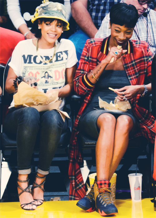 000582058 Rihanna at a basketball game in LA 11 22 13 (But who s her friend ...