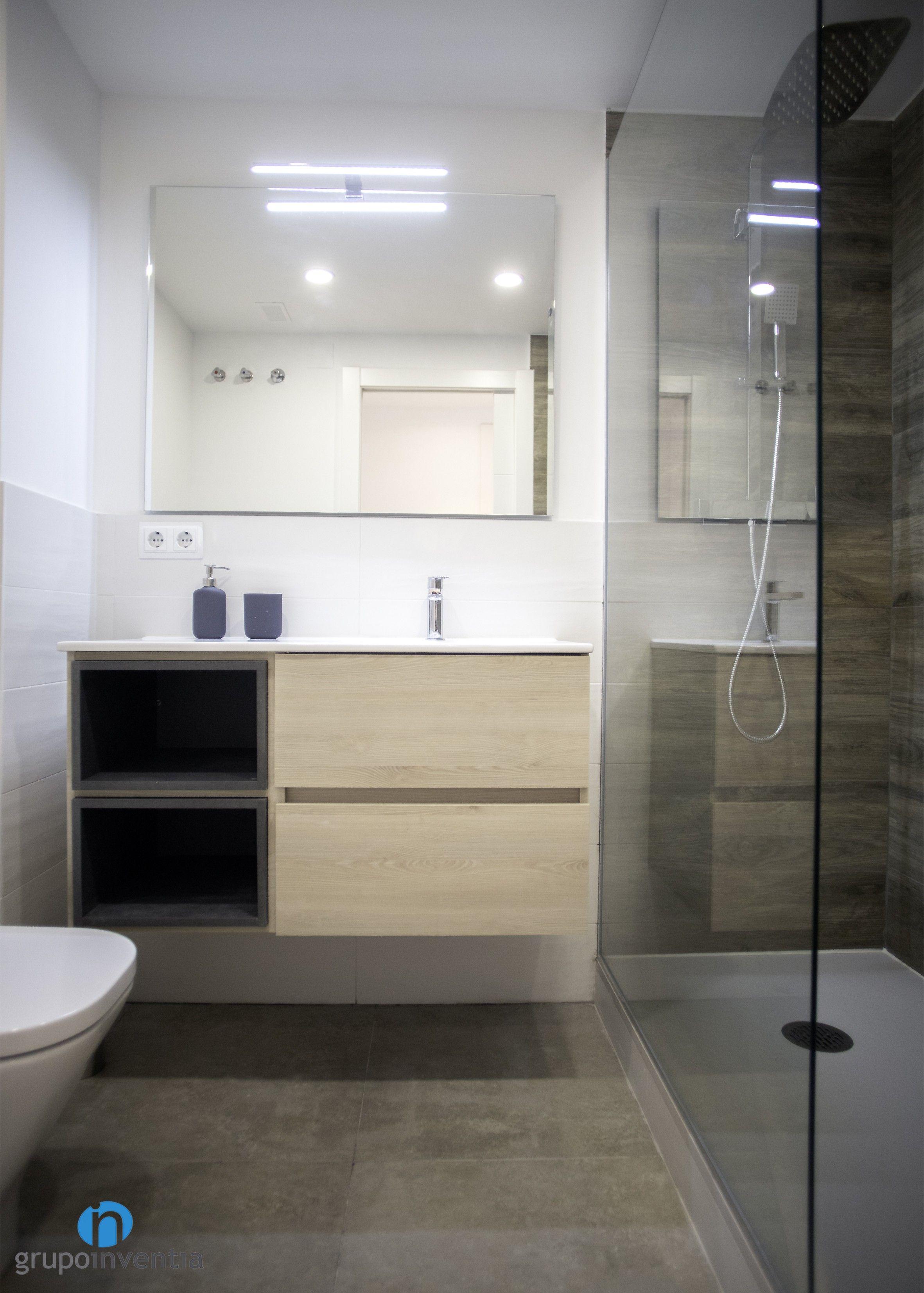 El cuarto de baño cuenta con un diseño fresco con las ...