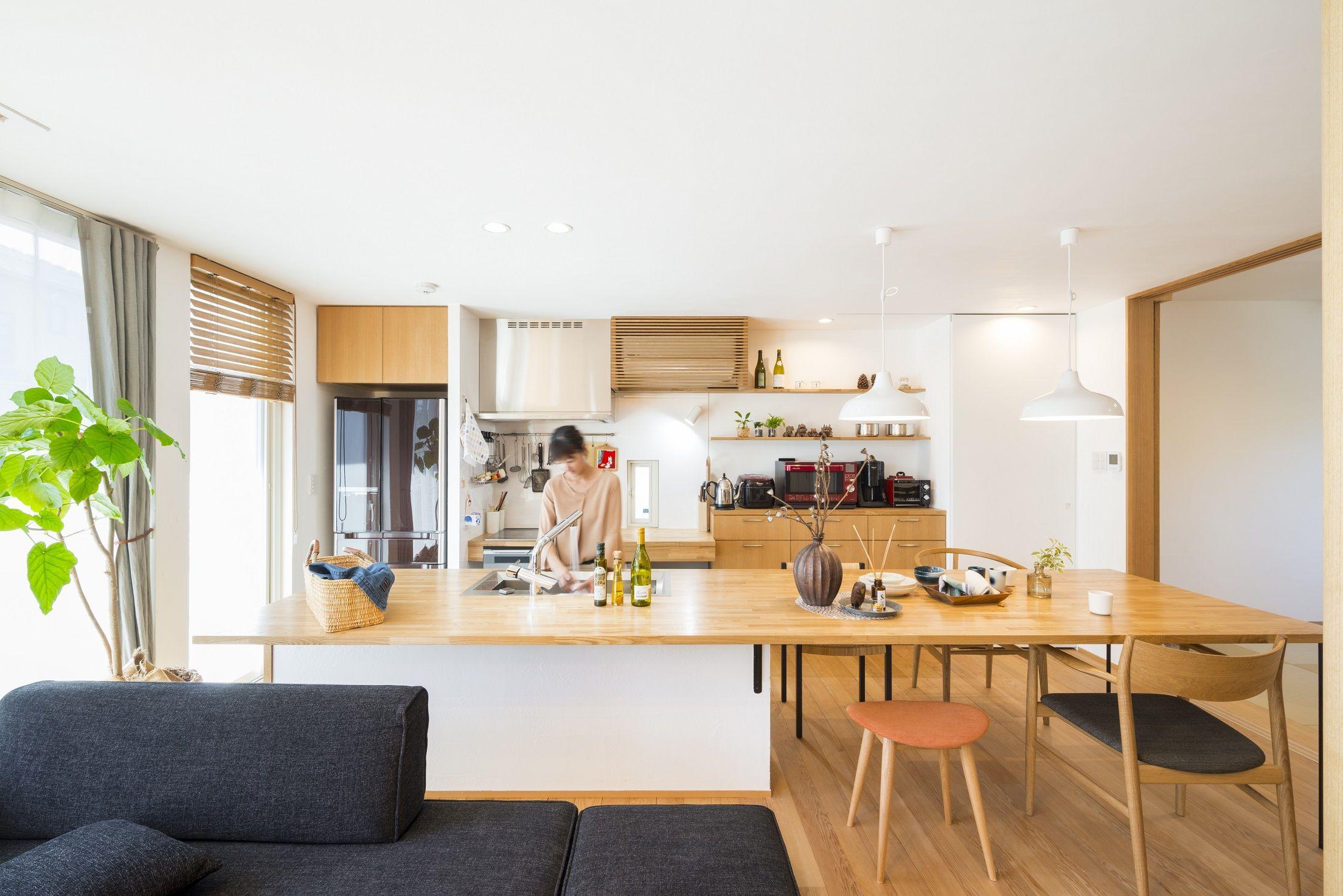 キッチンにみんなで料理したり作業したり 勉強できたりするくらい広い作業台がほしい キッチンとダイニングデーブルを一体 に 作業台を兼ねられるよう造作しました キッチンの中が見えていませんが キッチンとダイニングテーブルの高さが合うようにキッチンの床が