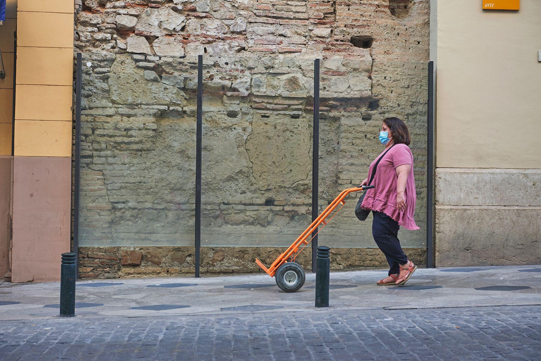 Historias con mascarilla: mujer con carretilla