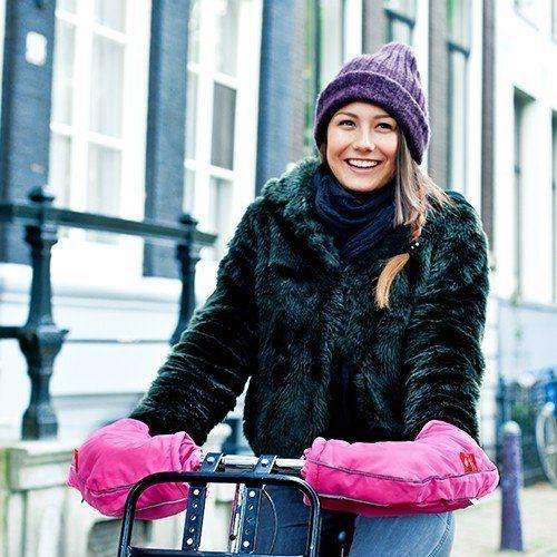 Met de fietswanten van Wobs heb je altijd warme handen op de fiets. De fietswanten zijn gemaakt van gerecycled materiaal en vergroten je zichtbaarheid op de fiets. Ze zijn heerlijk zacht en waterafstotend.  #wobs #warmonbikes #fietswanten #winter #autumn
