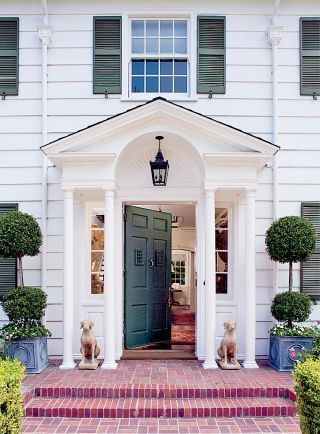 Timothy Corrigan S Georgian Colonial Style House In Los Angeles Was Built In 1922 Colonial Exterior Traditional Exterior Colonial Style Homes