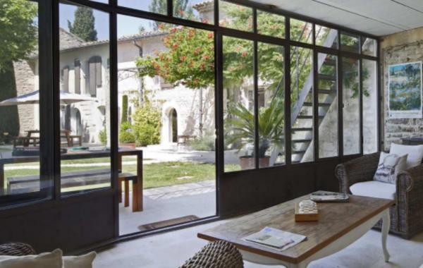 Menuiserie Metallique De Type Atelier Installe Dans Un Magnifique Lieu De Saint Remy De Provence Visitez Le En 2020 Idee Deco Veranda Baie Vitree Decoration Veranda