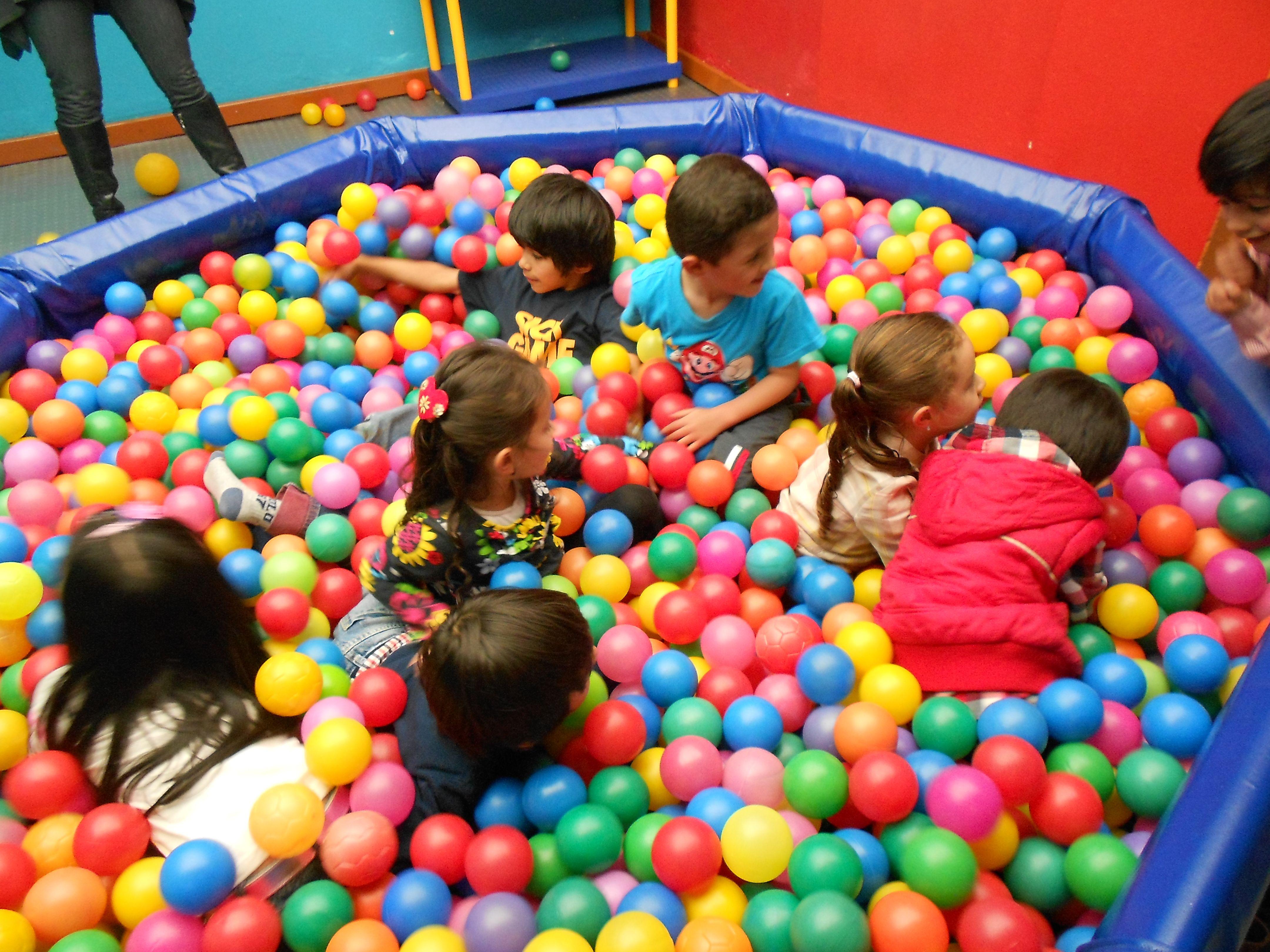 A divertirnos en la piscina de pelotas fiestas for Pelotas para piscina