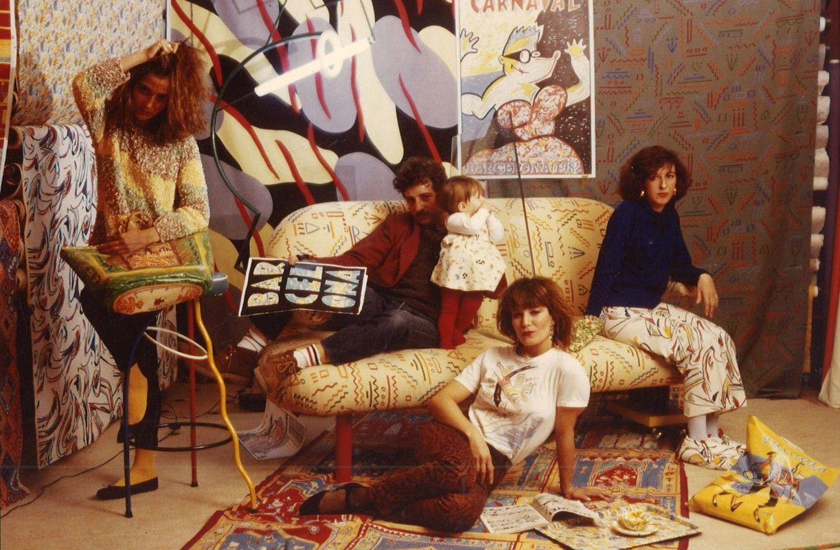 Foto de los años 90 con escenografía de estampados hechos para Trafico de Modas, el taburete Dúplex y el póster histórico Bar Cel Ona.