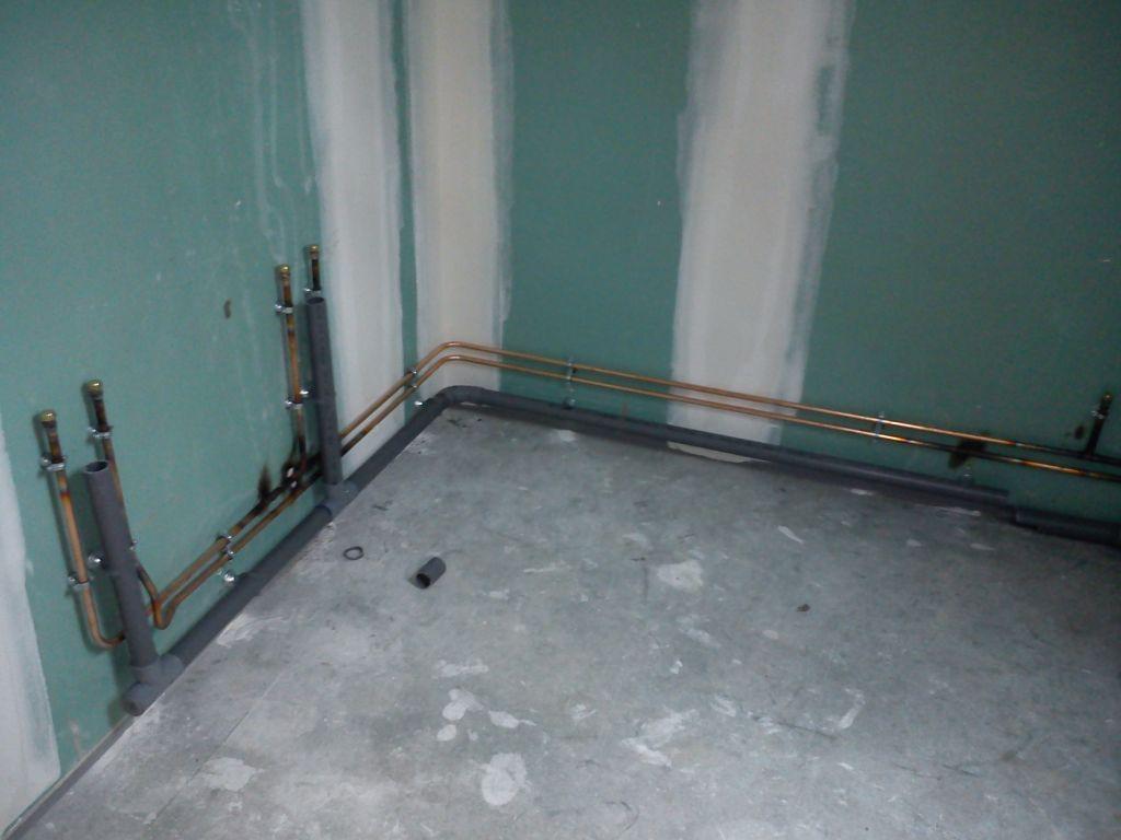 Evacuation Salle De Bain dans la salle de bain de l'étage, arrivées eau chaude et