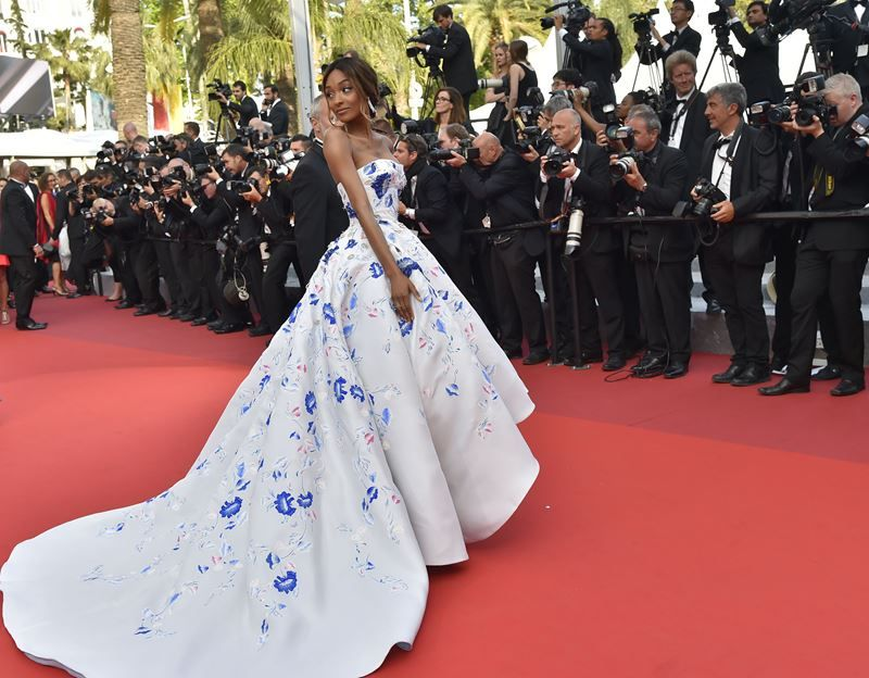 Das britische Model Jourdan Dunn im wunderschönen Flower-Dress von Ralph & Russo. © LOIC VENANCE / AFP / picturedesk.com